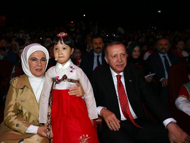 بالصور.. أردوغان يشارك الأطفال بعيد الطفولة في المجمع الرئاسي 861203346