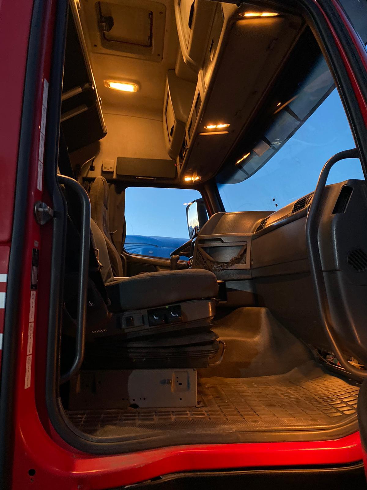 للجادين فقط ..  للبيع الفوري بحالة ممتازة وسعر مناسب شاحنه فولفو 2×4  طراز fh  460 924963441